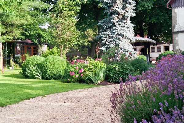 Naturhof Engel: blühender Garten