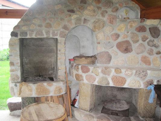 Das historische Backhaus: alter Holzbackofen