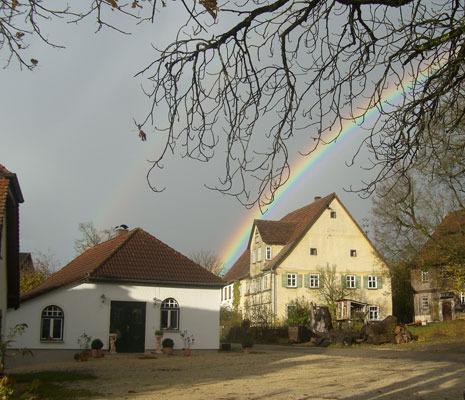 Das historische Backhaus mit Regenbogen
